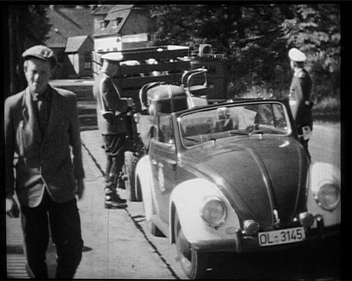 """Verkehrskontrolle durch eine Streife der """"Mot"""" 1957 in Hude (Archiv Polizei Delmenhorst)"""