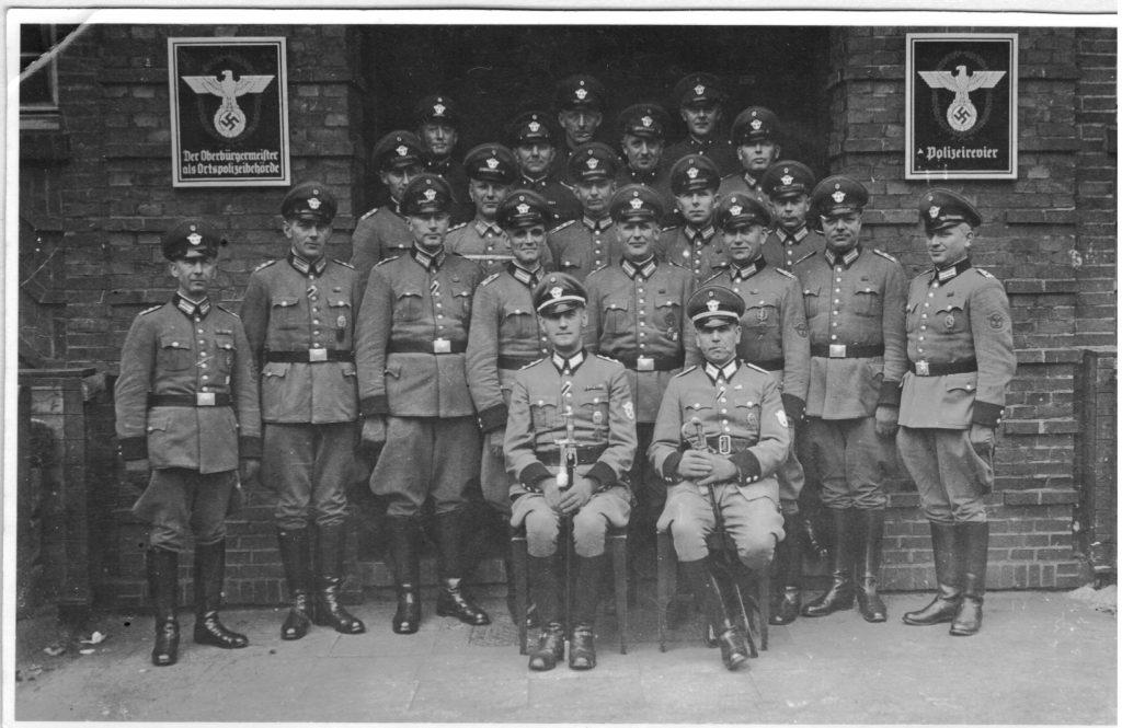 Dienstabteilung ca. 1940 vor dem Dienstgebäude Gartenstraße