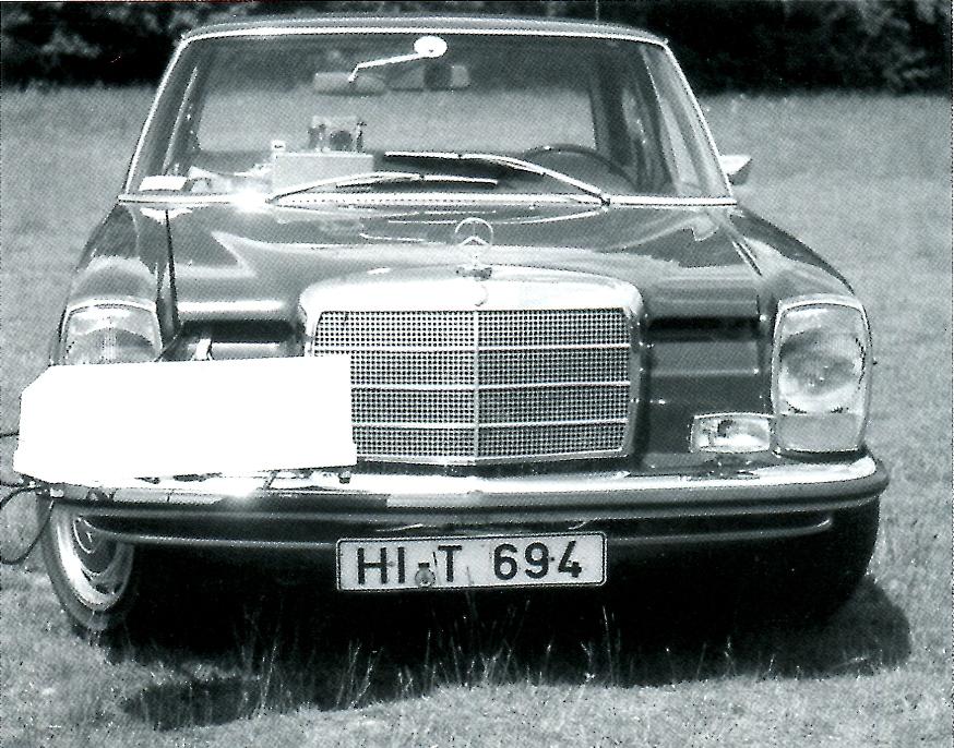 Behördenfahrzeuge hatten damals nur Kennzeichen mit dem Kennbuchstaben der jeweiligen Stadt und einer vierstelligen Ziffer (z.B. hier HI – 3893).                                                                                                                                       Der Zivilfunkstreifenwagen Mercedes Benz Strich 8, Tarnkennzeichen HI – T 694,  war mit einem Radargeschwindigkeitsmessgerät Mesta 204 DD ausgerüstet. Die Kamera der Firma Robot Motor Recorder (Negativgröße 24 x 36 mm) war mit dem Radarmessgerät Mesta 204 DD (französische Produktion) gekoppelt. Das Mesta 204 DD war mit einer Matrix – Anzeige (digitale Zahlen) ausgerüstet. (c) Ulber