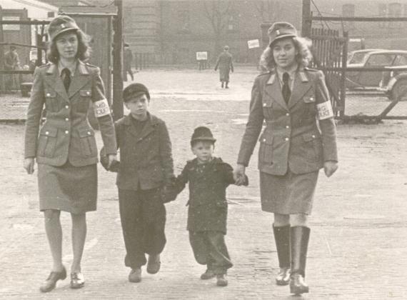 Weibliche Polizei an der Pferdemarktkaserne Nachkriegszeit