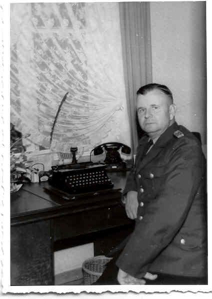 Schülke im Büro der Polizeistation Schierbrok um 1955