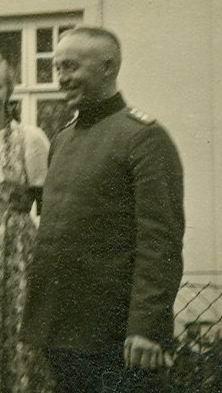 Gendarm Meyer vor der Polizeistation