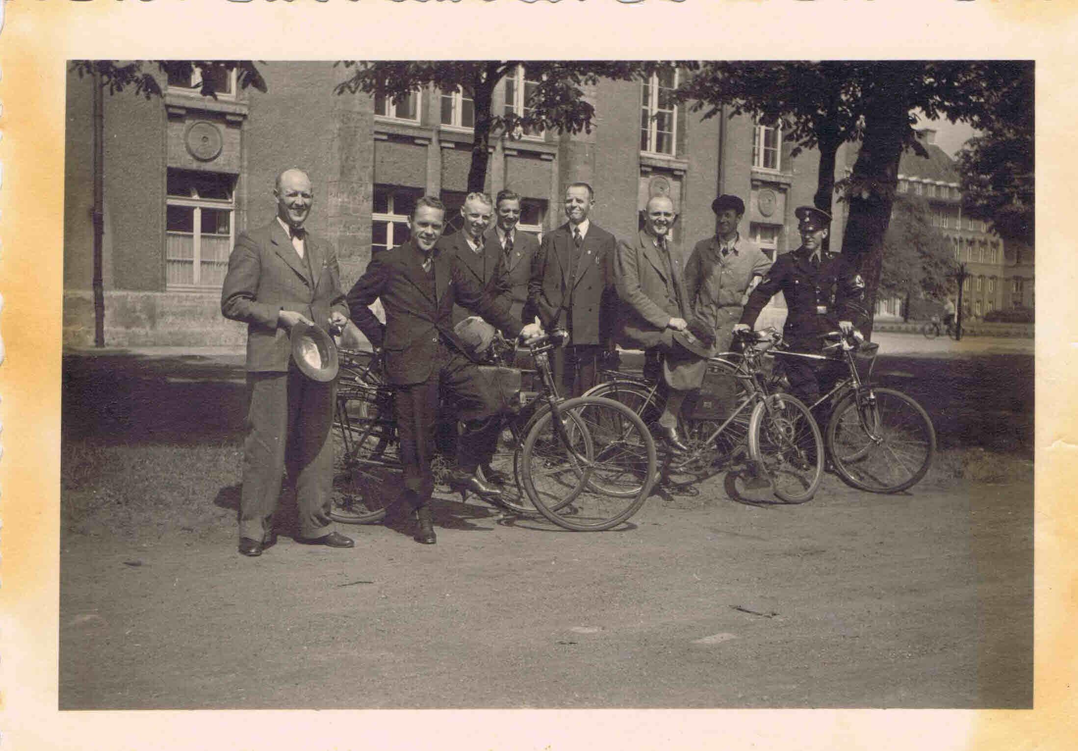 1936 Kriminalsekretär Sievers (links) vor dem Staatsministerium Oldenburg