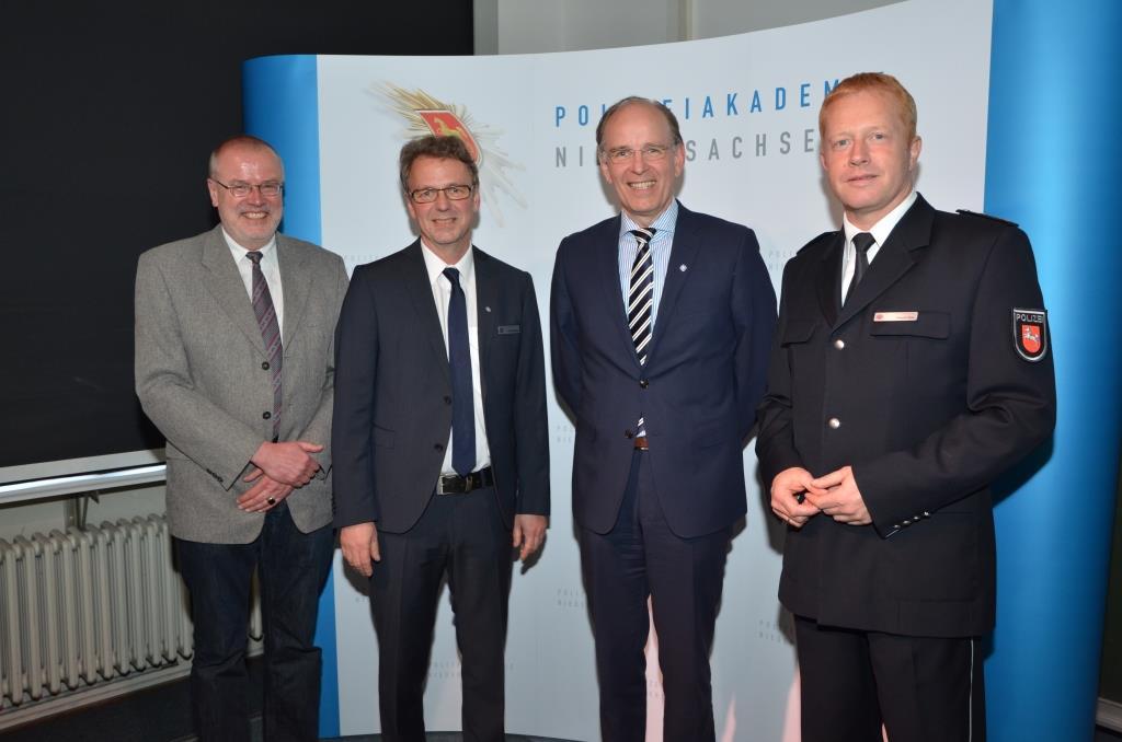 Frank Waterstraat, Dr. Dirk Götting, Landesbischof Ralf Meister und der Verteter des Direktors der Polizeiakademie Carsten Rose