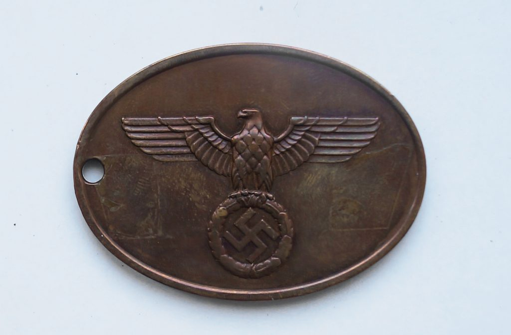 Dienstmarke der Staatlichen Kriminalpolizei, offizielle Nummer 960 bis 1945, Oval / 51x37mm, Gewicht immer zwischen 29 und 30 Gramm, EDx-Analyse: Bronze= Kupfer/Zinn/Zink Stärke immer zwischen 2,65 und 2,85 mm Metall, Messing, L ca. 8 cm
