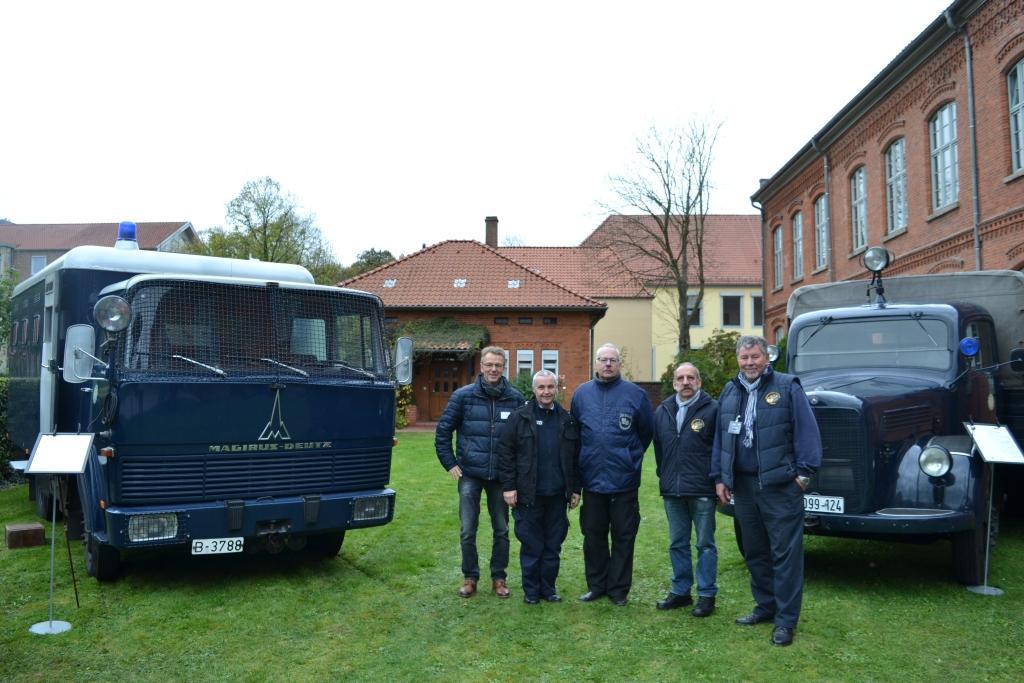 Bernd Maaß (1. v. r.) und sein Team sind mit einem historischen Mannschaftswagen, einem Gefangenentransporter und einem Daimler Benz 170D OTP zum Akademie-Jubiläum angereist.
