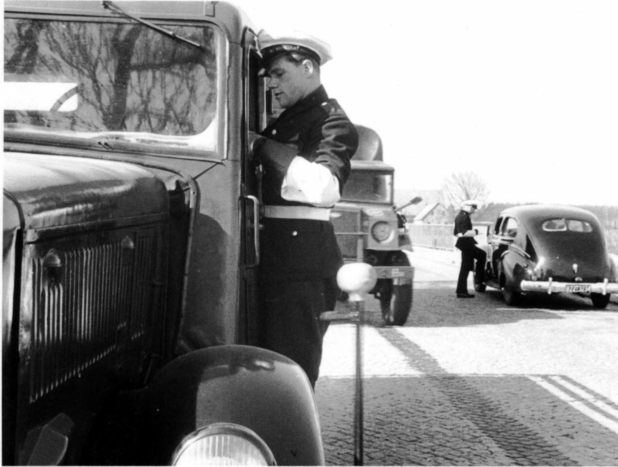 Verkehrsüberwachung Ende der 40er Jahre. Heinrich Schmalriede am Führerhaus des Lkws. Übrigens mit der Dienstnummer 1003 auf der Brustplakette.