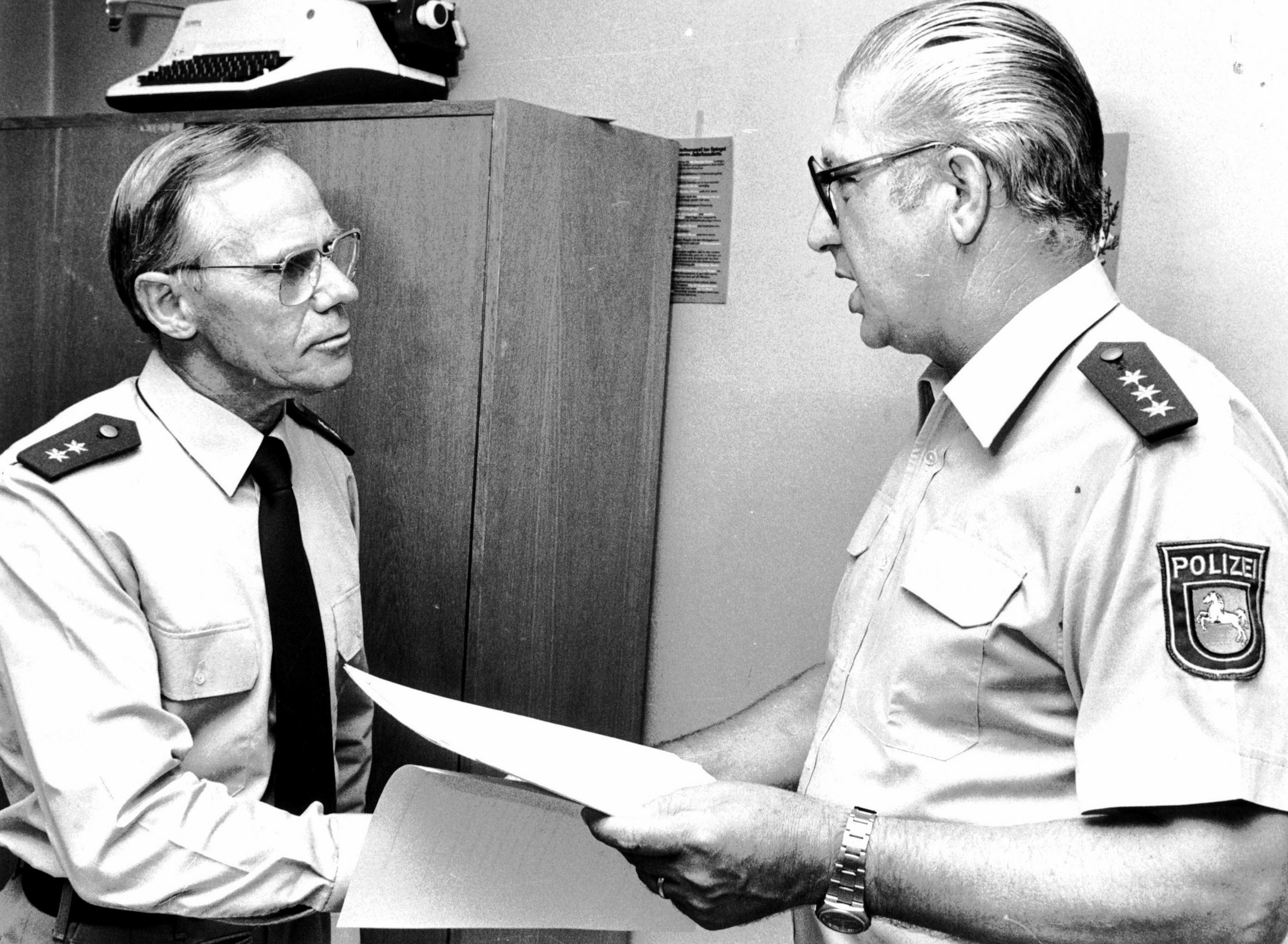 Mein Dienststellenleiter, EPHK Lohmann, übergibt mir meine Pensionierungsurkunde. Das Foto mit einem kurzen Lebenslauf erschien damals in der Zeitung.