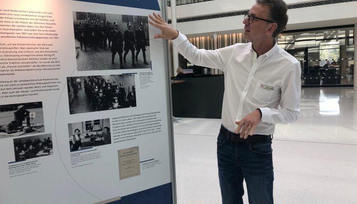 Dr. Götting führt durch die Ausstellung
